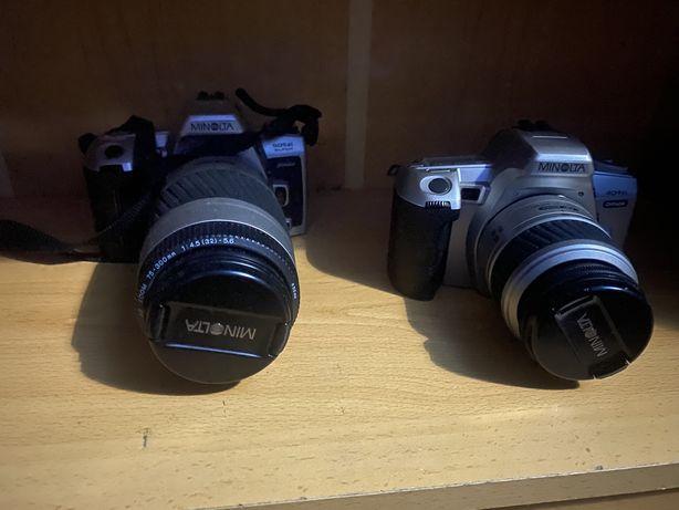 Duas máquinas fotográficas Minolta analógicas