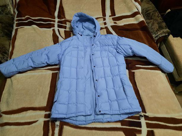 Женская зимняя куртка и женский кожаный плащ