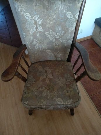 Fotel drewniany z poduszkami