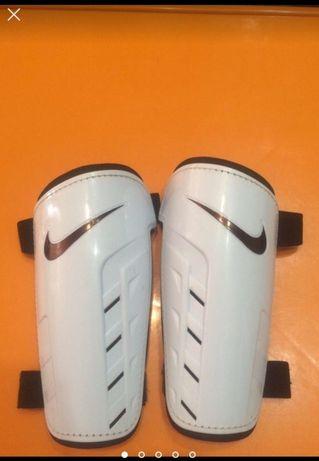 Продам оригинальные футбольные щитки Nike