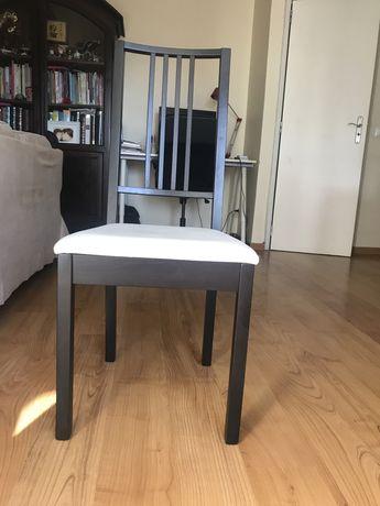 Cadeiras pretas com almofadas brancas