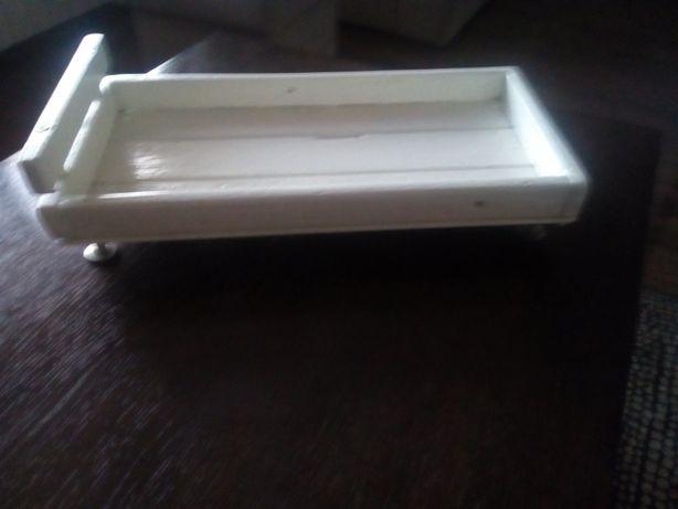 Ręcznie robione drewniane łóżeczko dla lalek