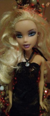 Lalka Barbie w czarnej koronkowej sukience