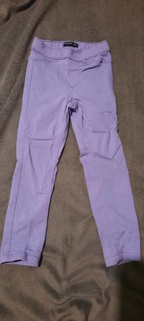 Liliowe spodnie dziewczęce firmy Reserved