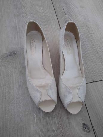 Buty na małym obcasie