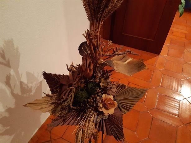Arranjo flores secas em base suporte ferro preta alta
