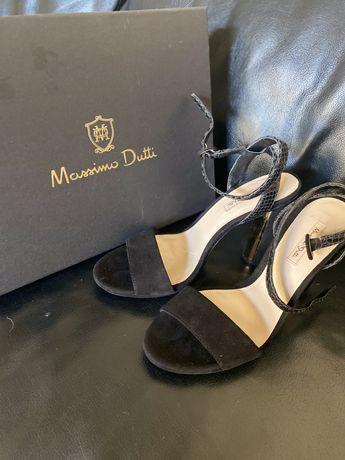 Sandálias novas em pele e salto dourado