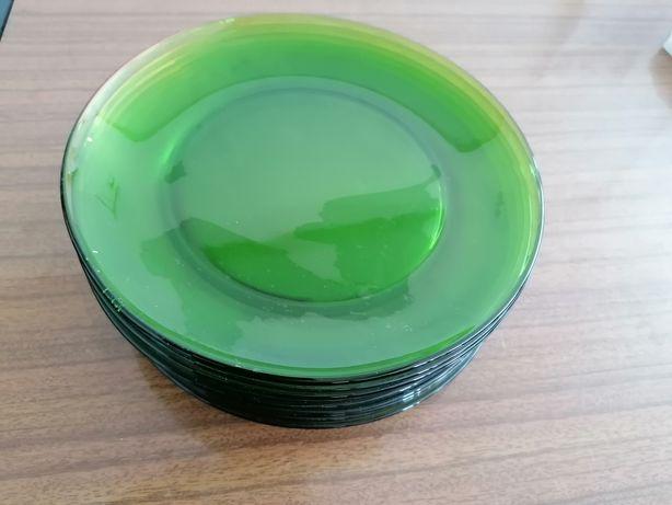 Vários pratos de vidro