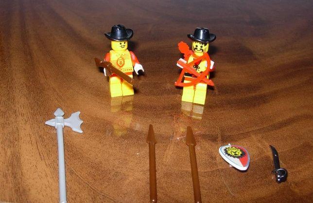 Лего, фигурки с солидным арсеналом оружия.