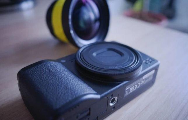 Фотоаппарат Ricoh GR3 с широкоугольной насадкой