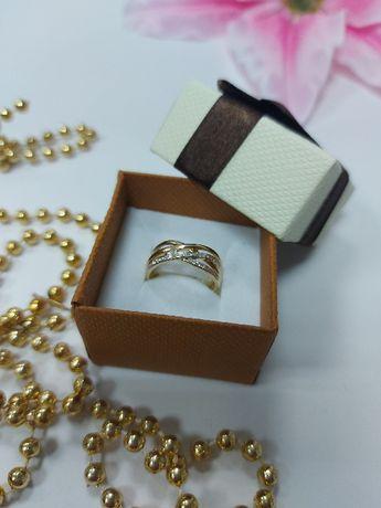 Złoty przeplatany pierścionek z diamentami p.585