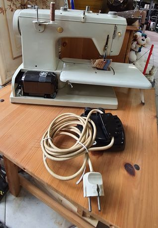Maszyna do szycia Ideal Star Automatic. Komplet ze stopą i kablem.