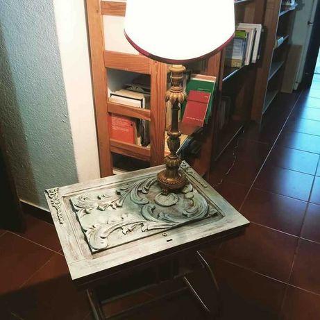 Mesa feita com porta de armário, tons de verde branco e cobre.