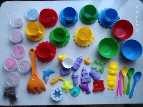 Пластиковий посуд, кінетичний пісок, багато формочок для ліпки