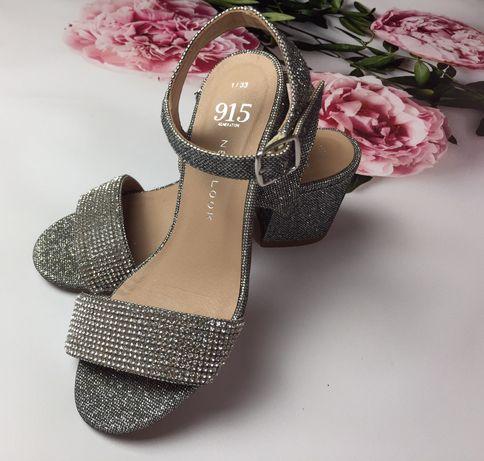 Блестящие босоножки на каблуке