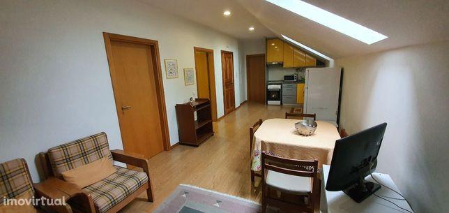 Aluga-se Quarto em T2 com serventia de sala e cozinha