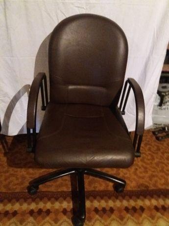 Продается крісло шкіряне.