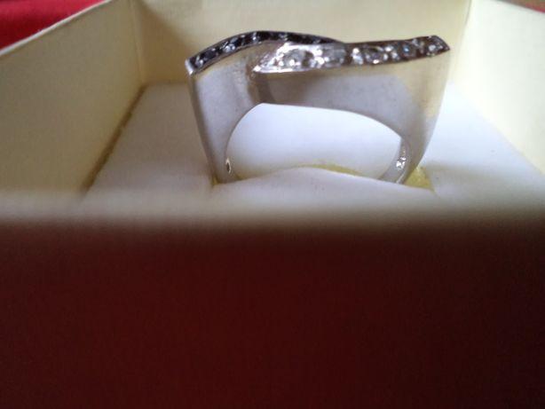 Srebrny pierścionek z czarnymi i białymi cyrkoniami r.14 (54)