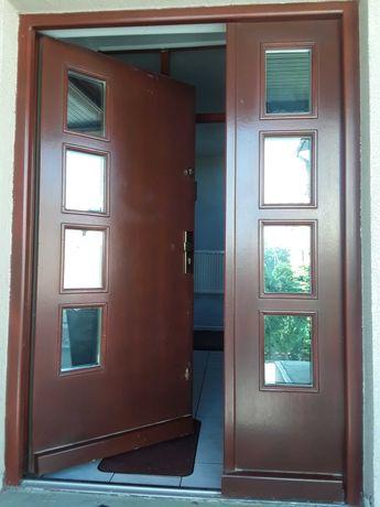 Drzwi zewnetrzne drewniane kolor machoniowy