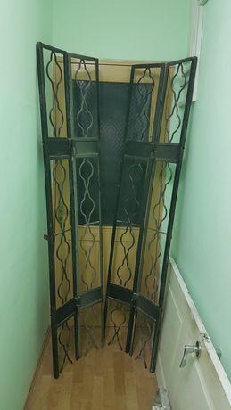 Решетка на дверь состоит из двух частей