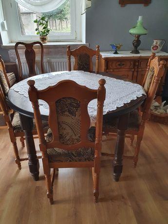 Krzesła drewniane.