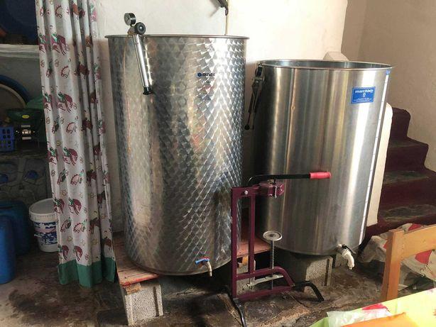 Conjunto de 2 depósito de vinho e máquina de triturar uva