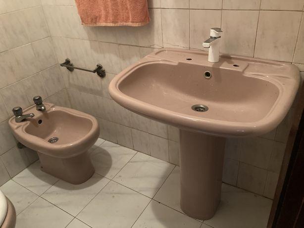 Sanita Bide lavatorio valadares louca cor de rosa e branco
