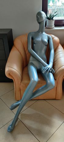 Manekin kobieta siedziący