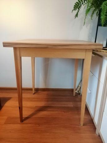 Drewniany stylowy ręcznie robiony stół.