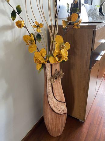 Vaso de barro com flores