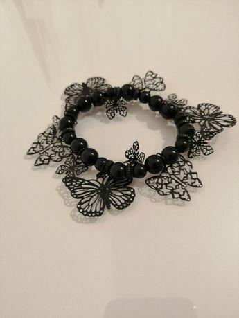 Czarna bransoletka korale motylki wiszące