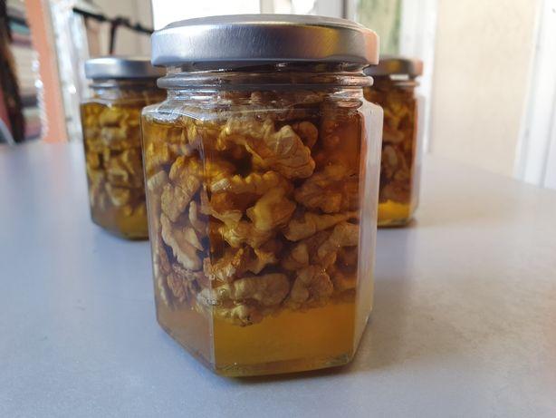 Домашній мед з горіхами