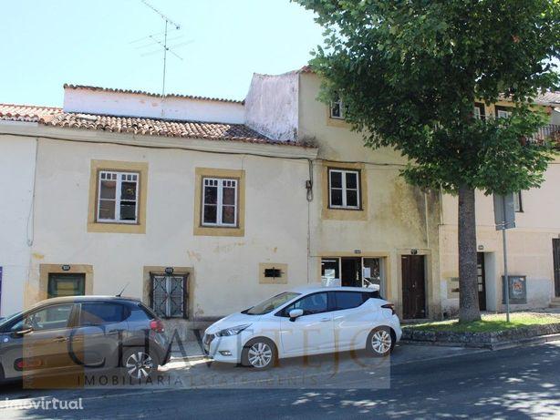 Prédio para recuperar junto ao centro histórico de Tomar.