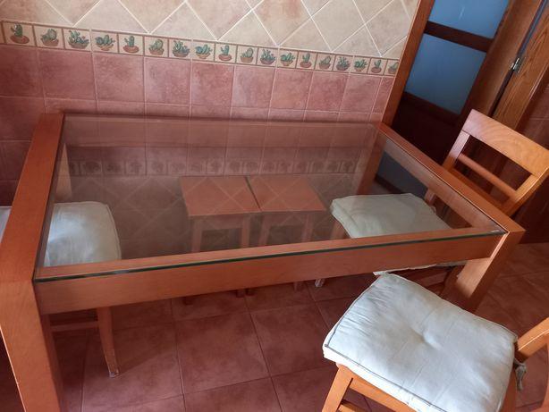 Mesa, 4 cadeiras e 2 bancos em Cerejeira