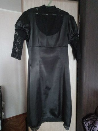 Чёрное атласное платье с гипюром