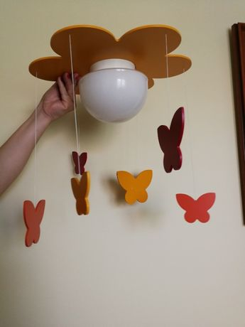 Plafon do pokoju dziecięcego z ozdobami w kształcie motylków.