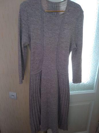 Платье бежевое трикотажное 50 р-р