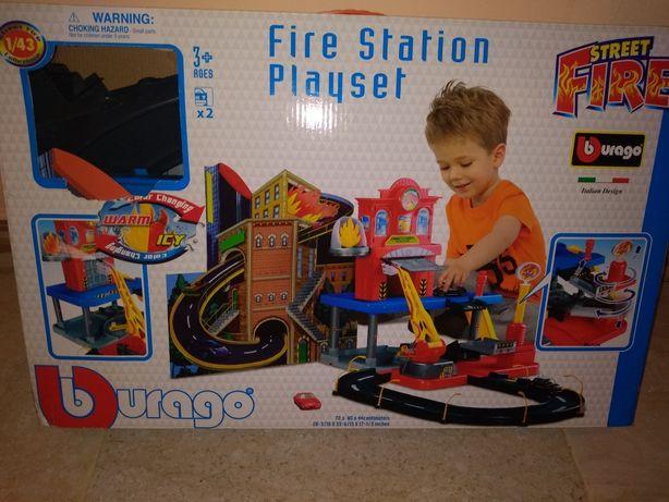 Zabawki , posterunek straży pożarnej że zjeżdżalnią, kolejka pociąg.