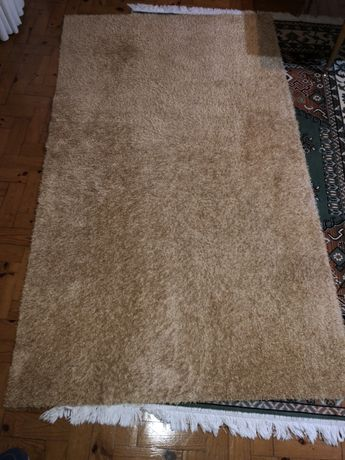 Carpete de pelo curto beje