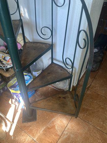 Escada de Caracol em ferro e degraus em Madeira