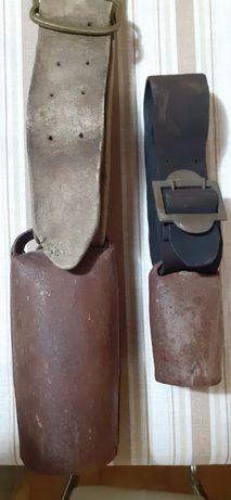 Chocalhos muito antigos com badálo em madeira e cinta em pele.