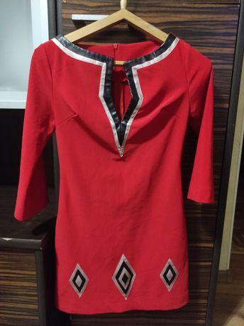 Приталенное красное платье с геометрией
