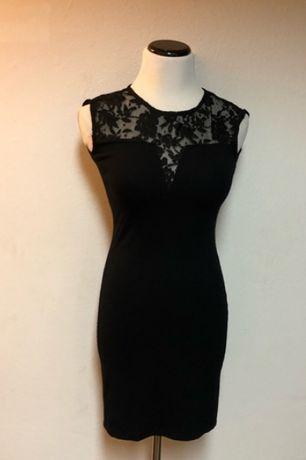 Черное мини платье с вставками из кружева.
