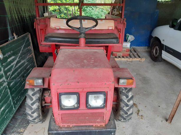 Trator agrícola com peças novas
