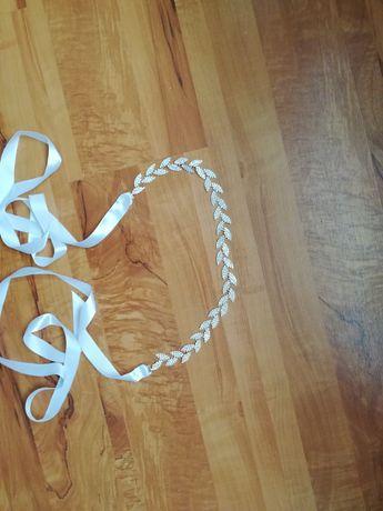 Pasek z kryształkami na białej wstążce