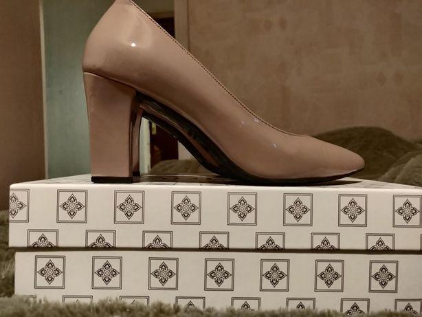 Туфли одевались один раз ,на роспись Кожа лакированная 37 размер бежев