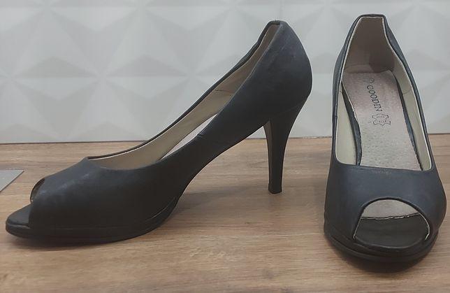 Buty na obcasie z okrytymi palcami