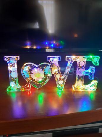Palavra LOVE em resina e luzes ledes.