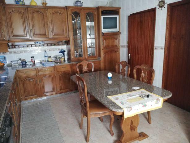 Mobília cozinha com mesa e cadeiras