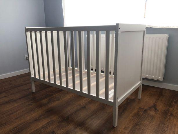 Drewniane łóżeczko dziecięce białe